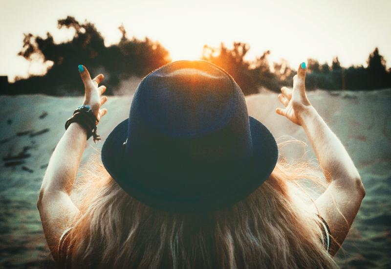La magie est-elle réelle? femme levant les bras