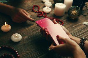 Photo of Cartomancie: Utiliser des cartes à jouer pour raconter la fortune et divination