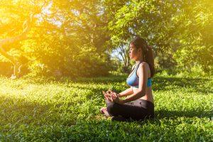 femme méditation dans le parc