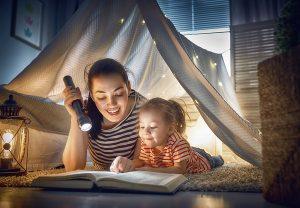 maman lisant un livre à son enfant