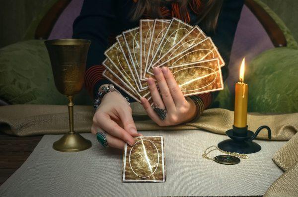 diseuse de bonne aventure avec des cartes de tarot