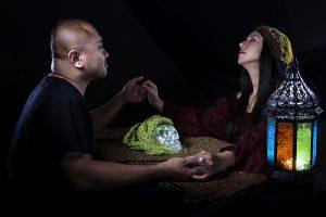 Gitane psychique ou diseuse de bonne aventure avec un client faisant un rituel télépathique de séance